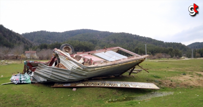 Bolu'da Yedigöller yolu üzerindeki kaçak yapıların yıkımına başlandı