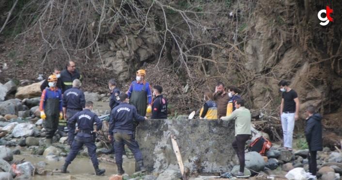Giresun'da, debisi yükselen derede suya kapılan iki işçiden biri öldü