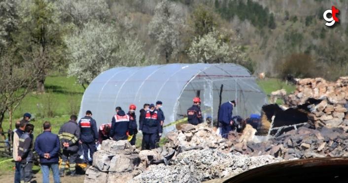 GÜNCELLEME 4 - Kastamonu'nun Pınarbaşı ilçesinde anne ile kızının hayatını kaybettiği yangın kontrol altına alındı