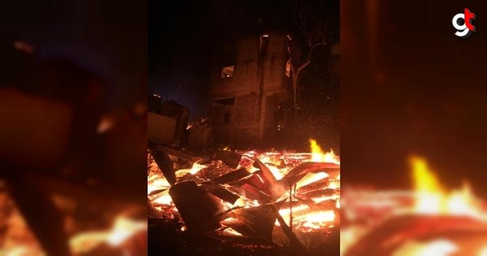 GÜNCELLEME - Artvin'de çıkan yangında ilk belirlemelere göre 4 ev yandı