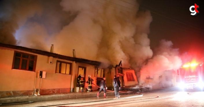 GÜNCELLEME - Kastamonu'da odunlukta çıkan ve 4 eve sıçrayan yangın kontrol altına alındı
