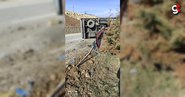 Karabük'te devrilen kargo kamyonunun sürücüsü kazayı yara almadan atlattı