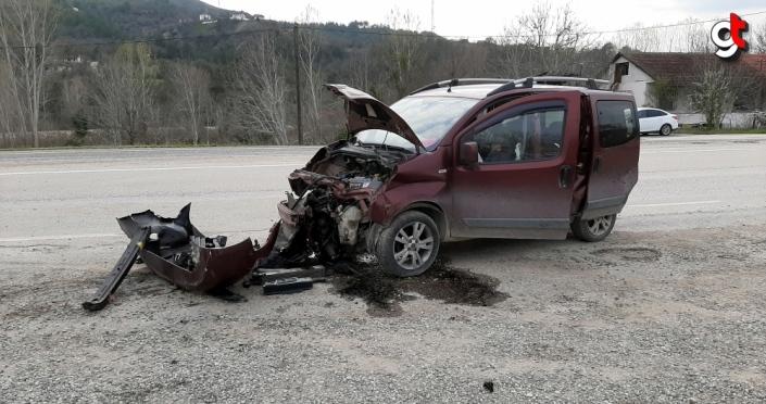 Karabük'te kontrolden çıkan hafif ticari araç elektrik direğine çarptı