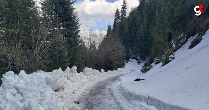 Kastamonu'da ekipler, ilkbaharda karla mücadele çalışması yaptı