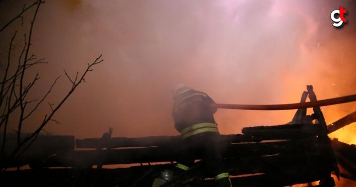 Kastamonu'da odunlukta çıkan ve 4 eve sıçrayan yangını söndürme çalışmaları sürüyor