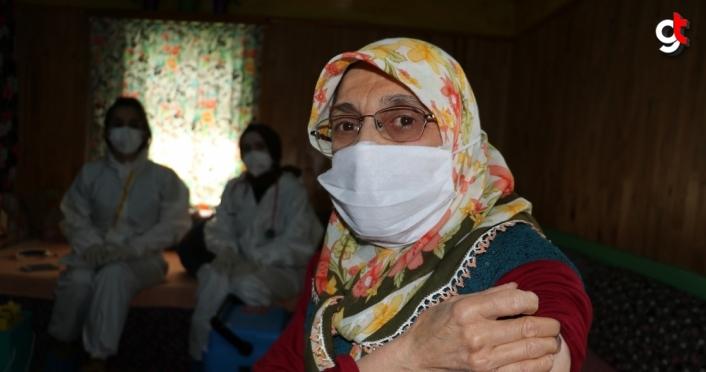 Kastamonu'nun engebeli coğrafyasında Kovid-19 aşısı için köy köy geziyorlar