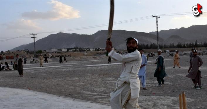 Pakistan'da gençler ramazanda kriket oynayarak vakit geçiriyor