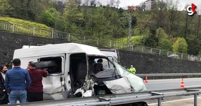 Rize'de park halindeki beton miksere çarpan minibüsteki 2 kişi yaralandı