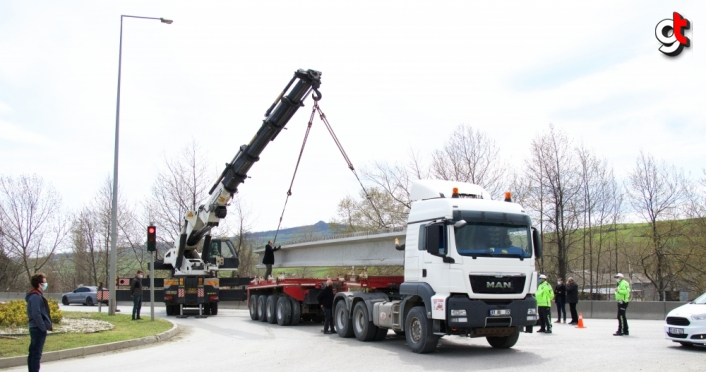 Samsun'da beton viyadük ayağı taşıyan tırın devrilmesi trafiğin aksamasına yol açtı