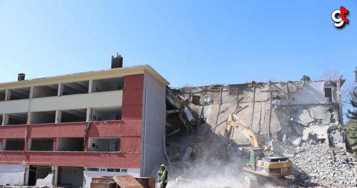 Samsun'da okul binası yıkıldı