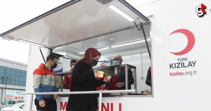 Samsun'da Türk Kızılay ekipleri hastane önünde iftarda çorba dağıttı