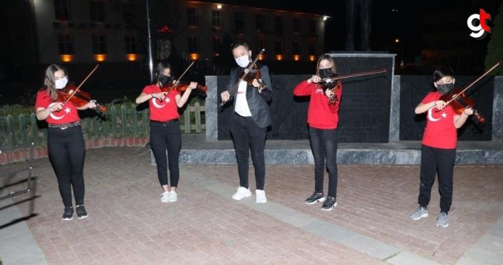 Taşova'da öğrenciler, 23 Nisan'ı İstiklal Marşı'nı kemanla çalarak kutladı