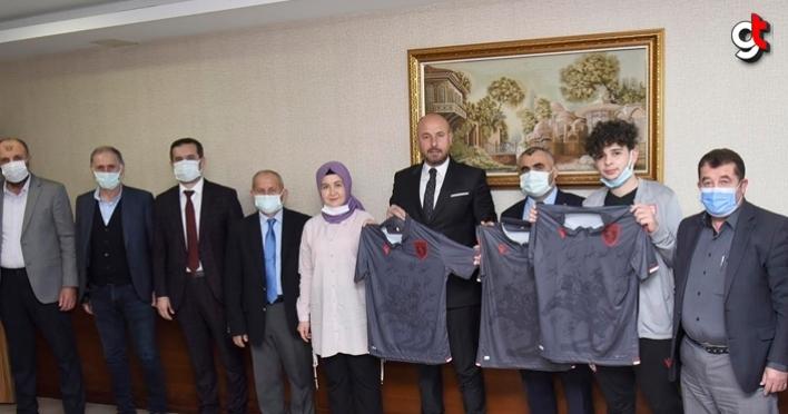 Tekkeköy Belediye Başkanı Hasan Togar, Samsunspor forması dağıttı