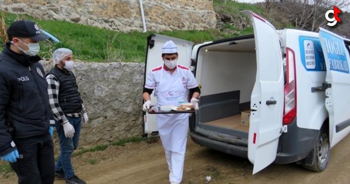 Torul'da ihtiyaç sahibi kişilere iftarda sıcak yemek servisi yapılıyor