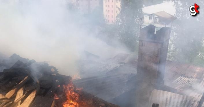 Yusufeli'nde yangında bir ev yandı