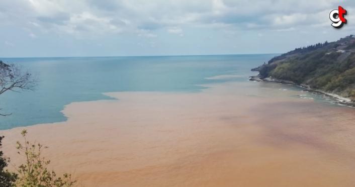 Zonguldak'ta dereden akan çamurlu su denizin rengini değiştirdi