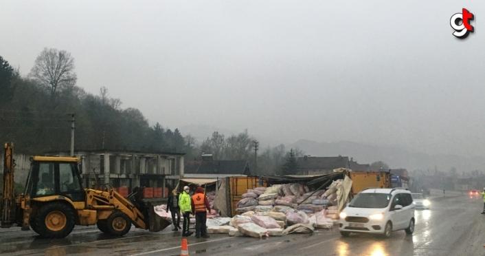 Zonguldak'ta iplik yüklü tır devrildi