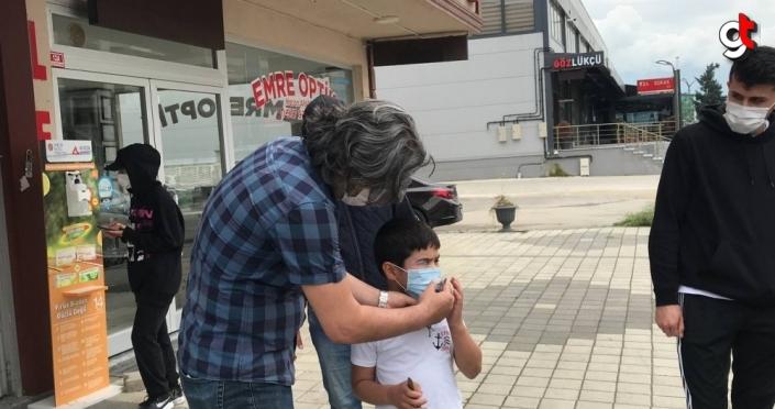 Düzce'de annesi uyurken evden çıkarak kaybolan çocuk, bir kadın tarafından bulunarak ailesine teslim edildi