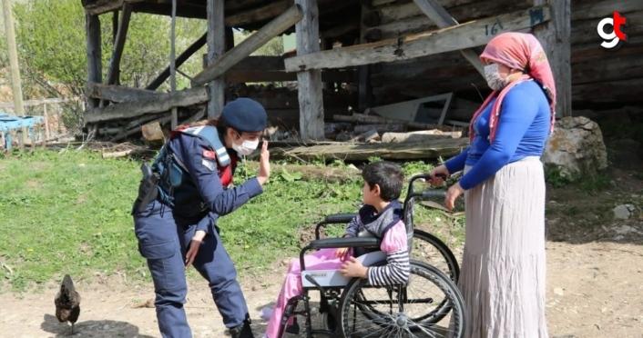 Kastamonu'da jandarma ve polis ekipleri çocuk ve gençlerin yüzünü güldürdü