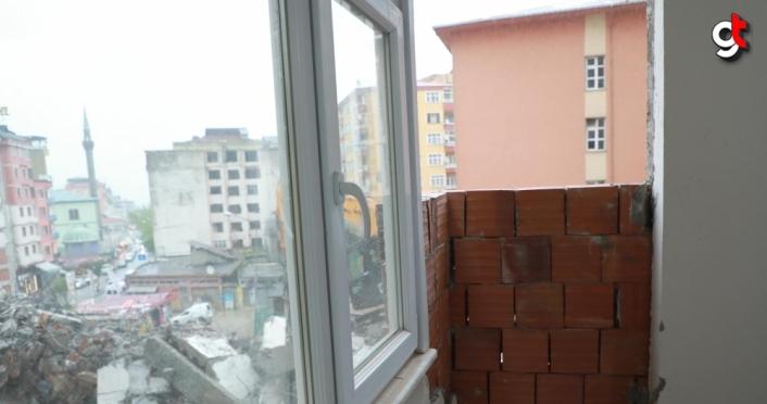 Rize'de, yol genişleme çalışması için bir binanın yıkım işlemleri sırasında yan apartmanın duvarı zarar gördü