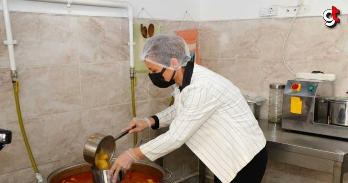 Safranbolu Belediyesi ihtiyaç sahiplerine her gün sıcak yemek ulaştırıyor