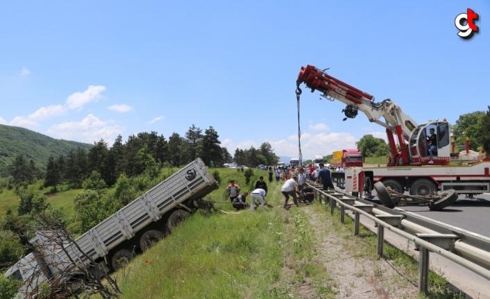 Bolu'da şarampole devrilen kamyon vinç yardımıyla kurtarıldı