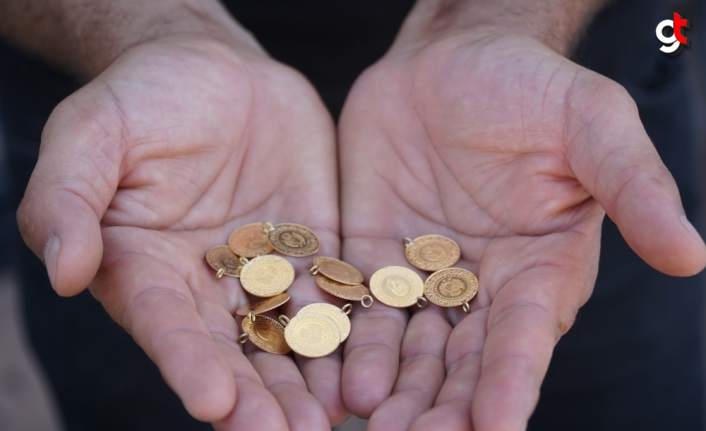Halı yıkamacısı, müşterinin halısının arasında 13 çeyrek altın buldu
