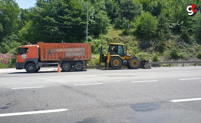 D-100 kara yolunun Bolu Dağı kesiminde temizlik çalışması yapılıyor