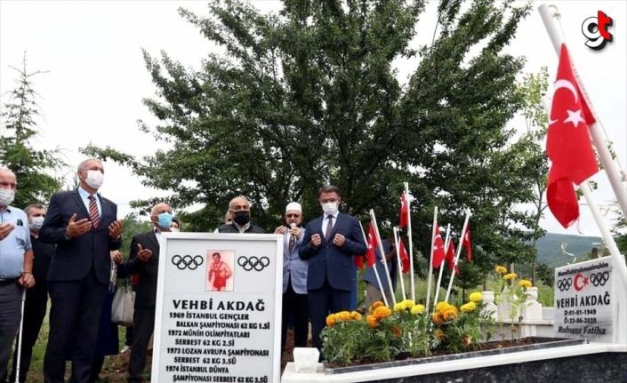 Eski milli güreşçi Vehbi Akdağ, Tokat'taki kabri başında anıldı