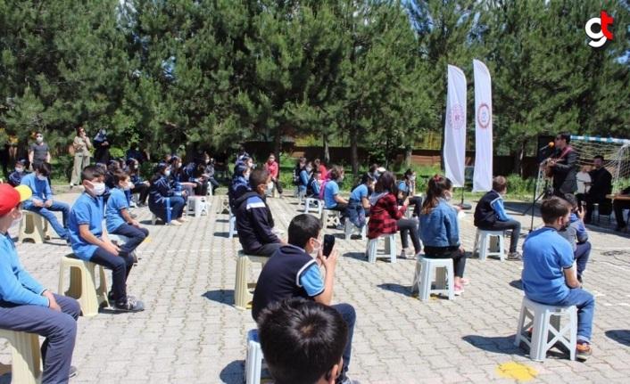İstiklal Yolu yürüyüşü için Kastamonu'ya gelen gönüllüler köy okulundaki çocukların yüzünü güldürdü