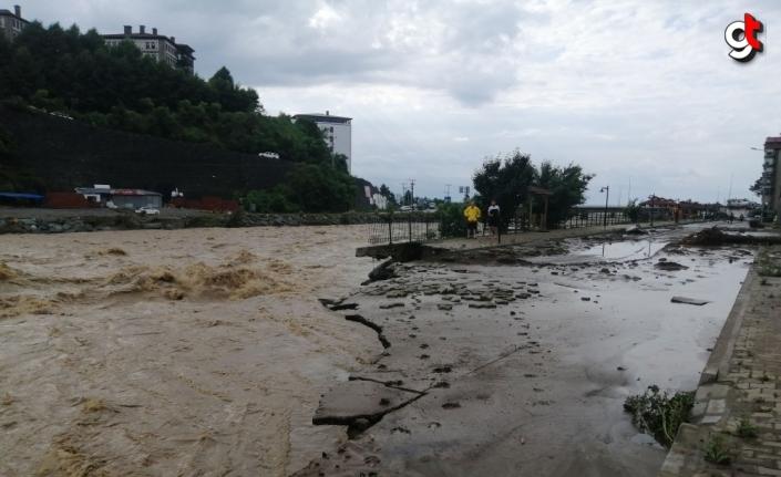 Arhavi sokaklarında derenin taşması sonucu biriken suyun önemli bölümü tahliye edildi