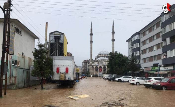 Arhavi'de derenin taşması sonucu çok sayıda araç suya sürüklendi, ev ve iş yerlerini su bastı