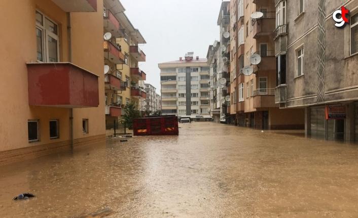 Arhavi'de ev, iş yeri ve araçlarında mahsur kalan vatandaşlar botlarla kurtarıldı