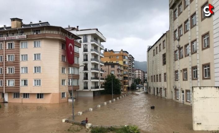 Artvin'de derenin taşması sonucu bazı ev ve iş yerlerini su bastı