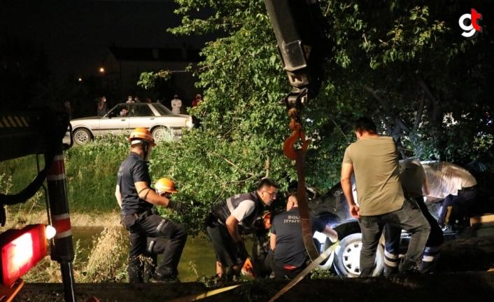 Bolu'da ağaca çarpan otomobilde sıkışan sürücü itfaiye ekibince kurtarıldı