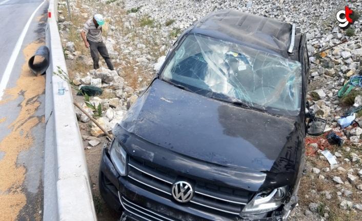 Bolu'da beton bariyerlere çarpan pikap devrildi: 3 yaralı