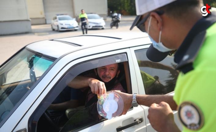 Düzce'de denetim yapan polislerden sürücülere bayram şekeri ikramı