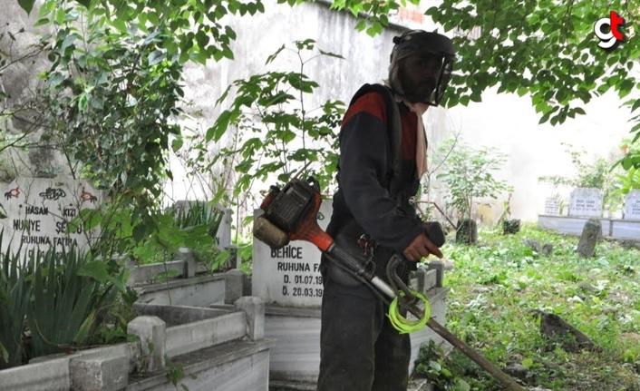 Salıpazarı'nda mezarlıklarda bayram temizliği