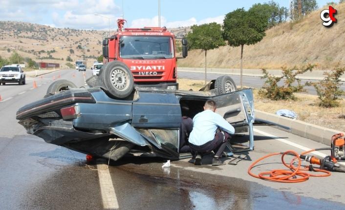 Amasya'da devrilen otomobilin sürücüsü yara almadan kurtuldu