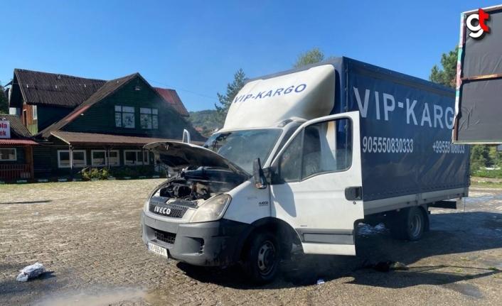 Bolu Dağı'nda yabancı plakalı kamyonette çıkan yangın söndürüldü
