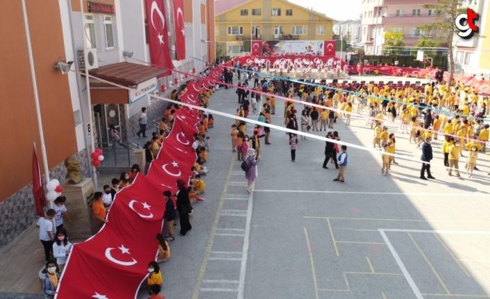 Bolu'da İlköğretim Haftası kutlamalarında 200 metre uzunluğunda Türk bayrağı açıldı
