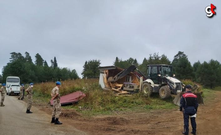 Bolu'da Yedigöller yolundaki kaçak yapılar yıkıldı