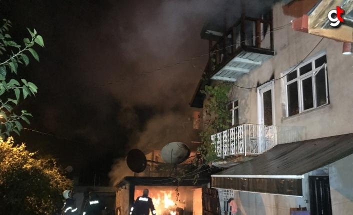 Karabük'te çıkan yangında 3 katlı ev kullanılamaz hale geldi
