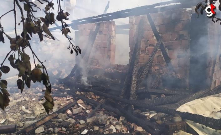 Karabük'te çıkan yangında iki katlı ev ve samanlık kullanılamaz hale geldi