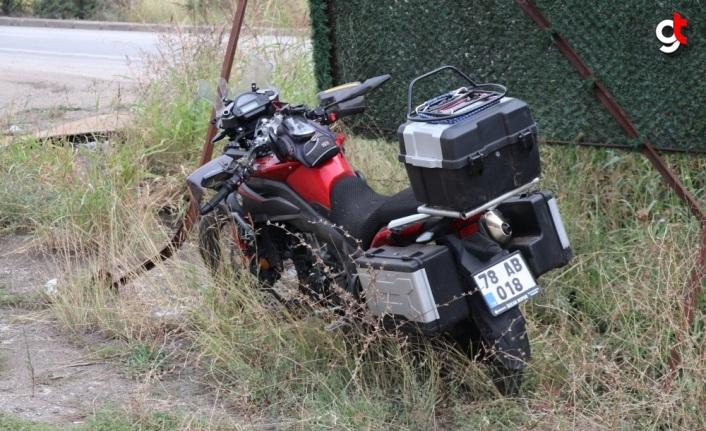 Karabük'te görev yerine giderken motosikletiyle çim çitlerin demirine çarpan polis memuru yaralandı