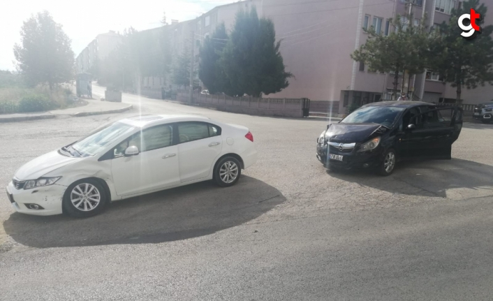 Karabük'te iki otomobilin çarpışması sonucu 3 kişi yaralandı