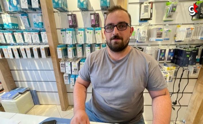 Kastamonu'da bir bayi, sel mağduru vatandaşların cep telefonlarını ücretsiz tamir etti