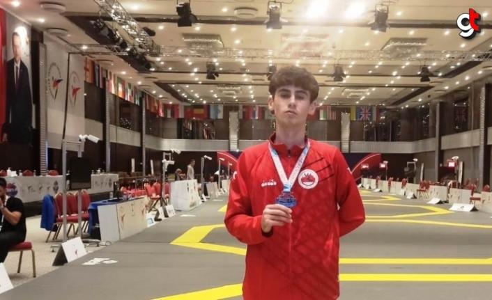 Kavaklı tekvando sporcusu Altıngöz gümüş madalya kazandı