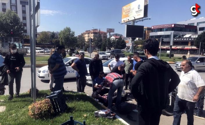 Otomobille çarpışan motosikletin sürücüsüne vatandaşlar yardım etti