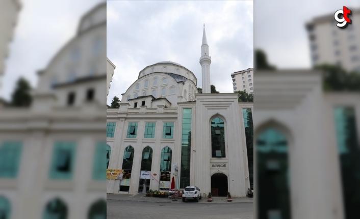 Trabzon'da camiden ayakkabı hırsızlığı kameraya yansıdı